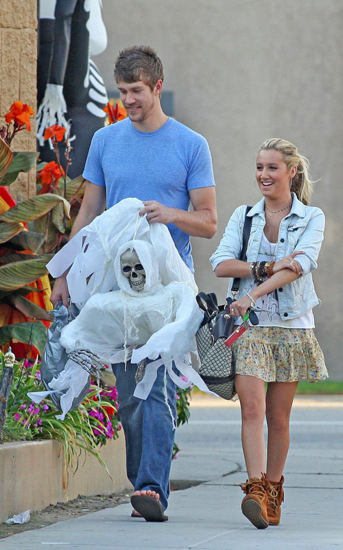 ashley tisdale and scott speer halloween shoppers randomoverload - Ashley Tisdale Halloween