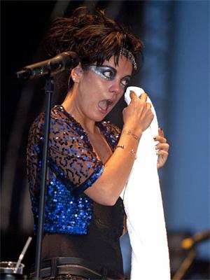 lily_allen_concert_helsinki_crying_300x400