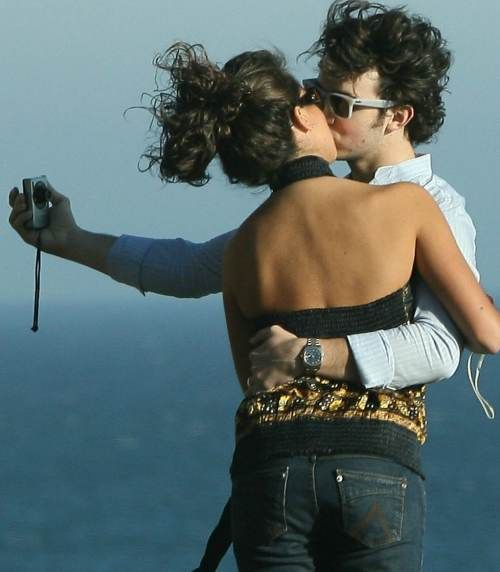 kevin_jonas_danielle_deleasa_kissing_07